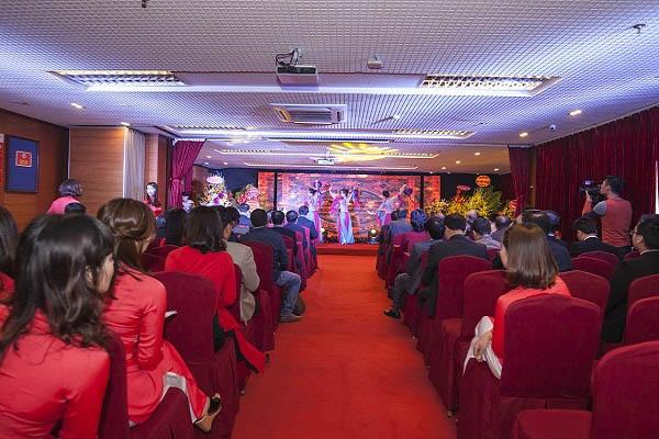 Phòng hộitrường - Mở màn là tiết mục múa dân gian