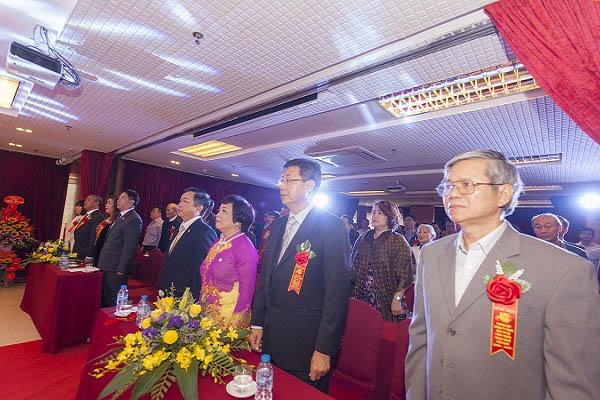 Toàn thể khách mời cùng ban lãnh đạo, nhân viên trong công ty đứng lên chào cờ